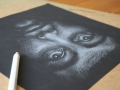wit portret op zwart papier